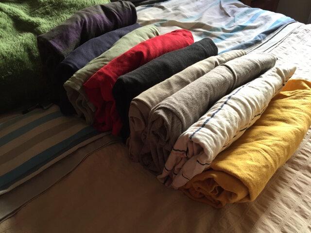 Al ver la ropa plegada con el método Marie Kondo da la sensación de que está enrollada, pero en realidad está plegada en tres partes.